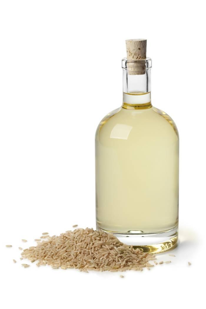 olej ryżowy w szklanej butelce z korkiem